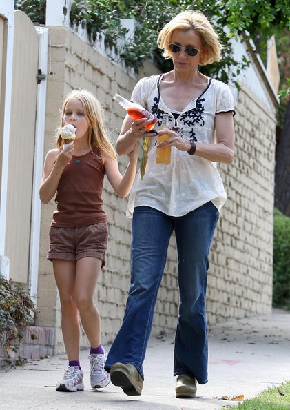 http://www1.pictures.zimbio.com/fp/Felicity+Huffman+Daughter+Getting+Ice+Cream+kS4SQOul1v2l.jpg
