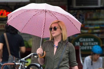 Jane Krakowski Jane Krakowski Using An Umbrella For Shade In NYC