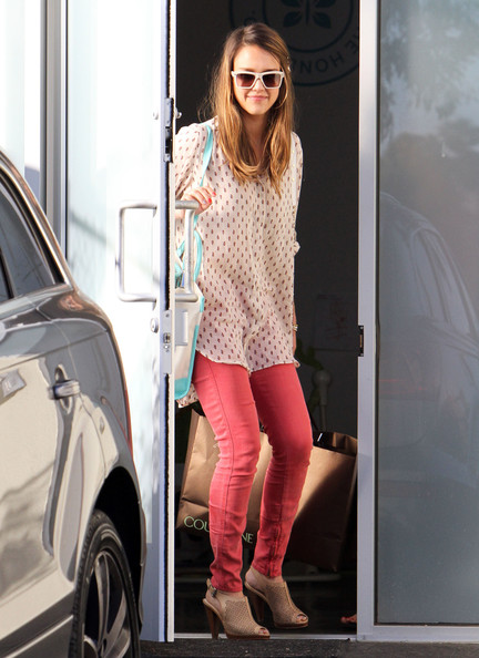 Jessica Alba - Jessica Alba Makes A Stop At The Office