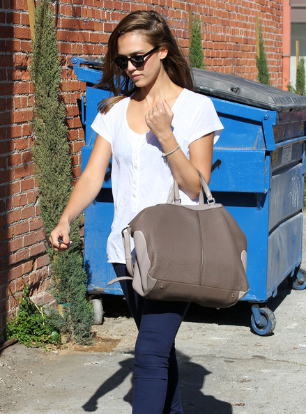 Jessica Alba - Jessica Alba Stopping By A Hair Salon In West Hollywood