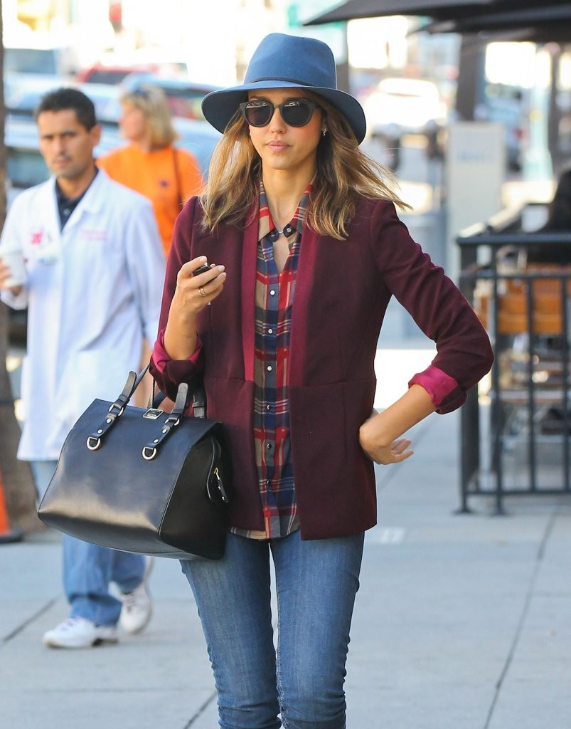 Jessica Alba Grabs Lunch in Beverly Hills