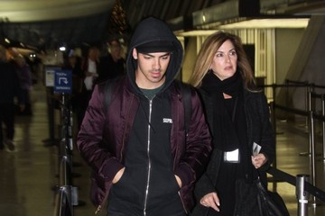 Joe Jonas Joe Jonas Catches a Flight
