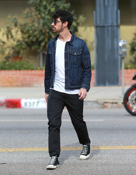 Joe Jonas Lunches at King's Road Cafe
