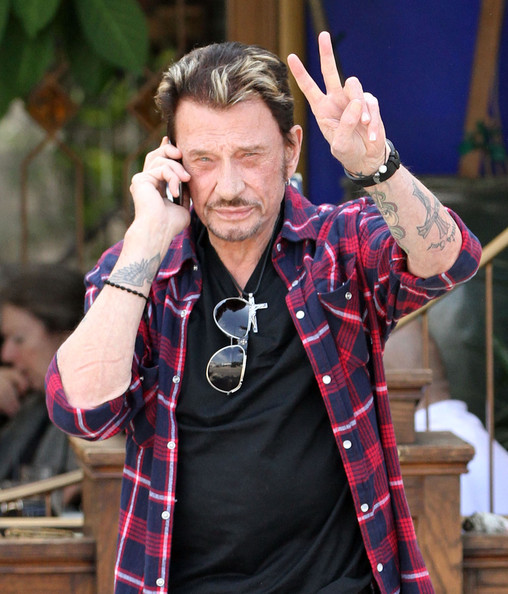 Johnny+Hallyday+Throwing+Up+Peace+Sign+Outside+NLcjGVk5aRnl