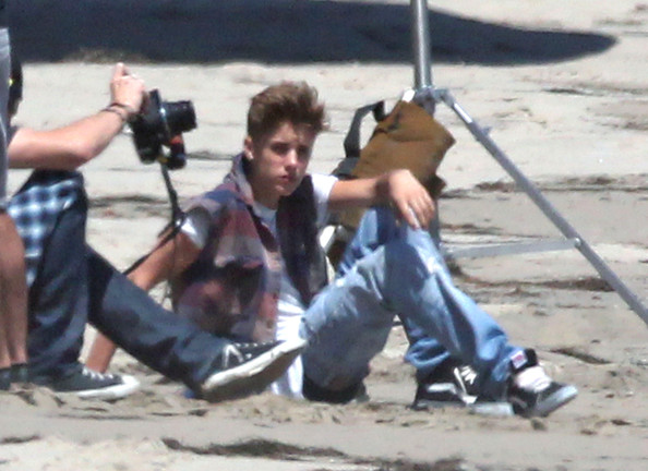 Justin Bieber - Justin Bieber Does a Photo Shoot on the Beach
