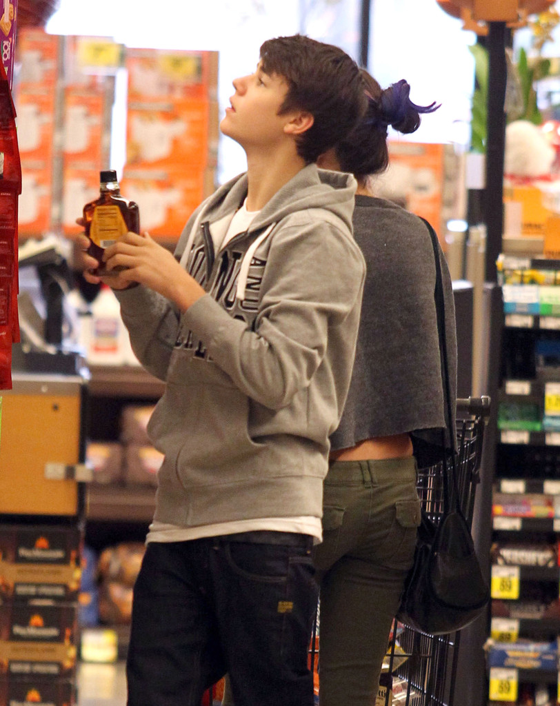 new pictures justin bieber and selena gomez grocery shopping in encino justin bieber zimbio. Black Bedroom Furniture Sets. Home Design Ideas
