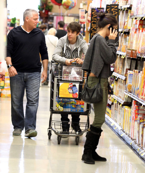 justin bieber and selena gomez grocery shopping zimbio. Black Bedroom Furniture Sets. Home Design Ideas
