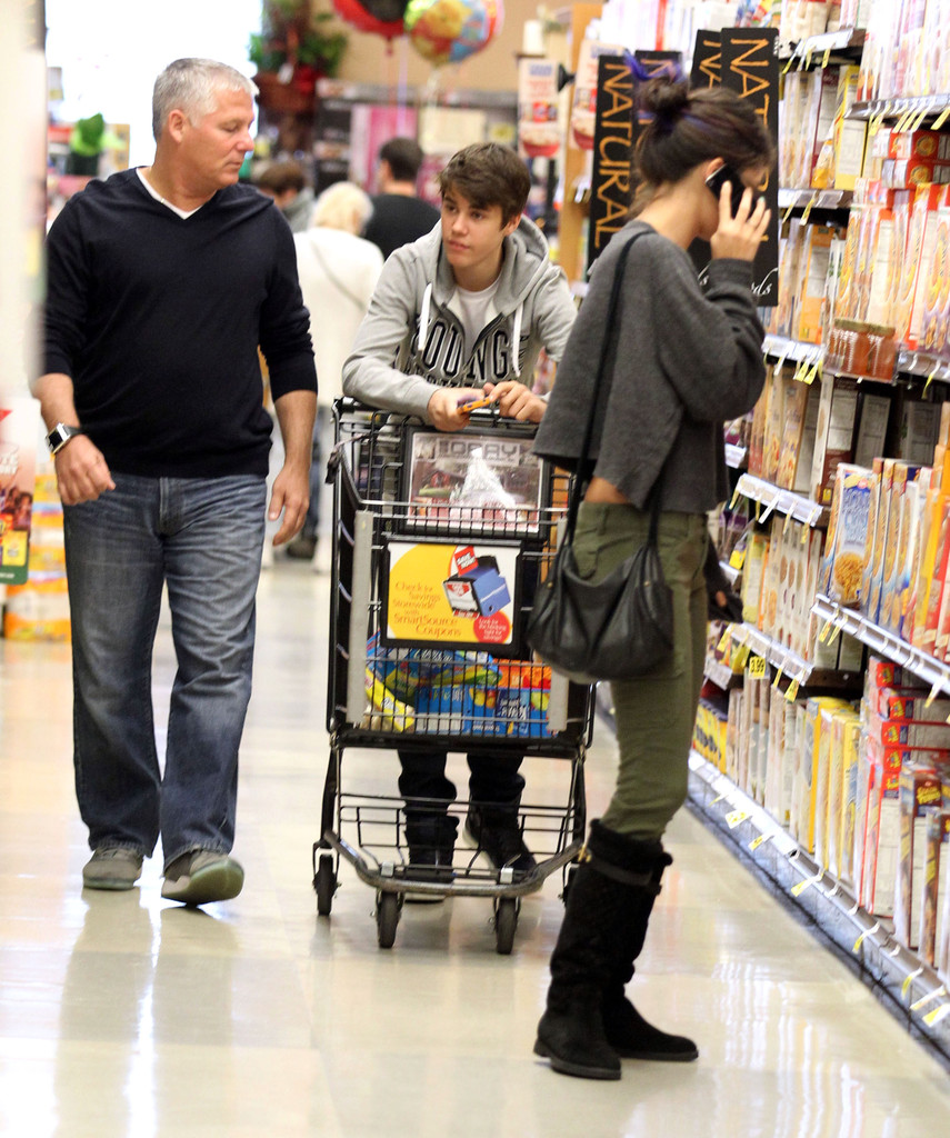 justin bieber photos photos justin bieber and selena gomez grocery shopping zimbio. Black Bedroom Furniture Sets. Home Design Ideas