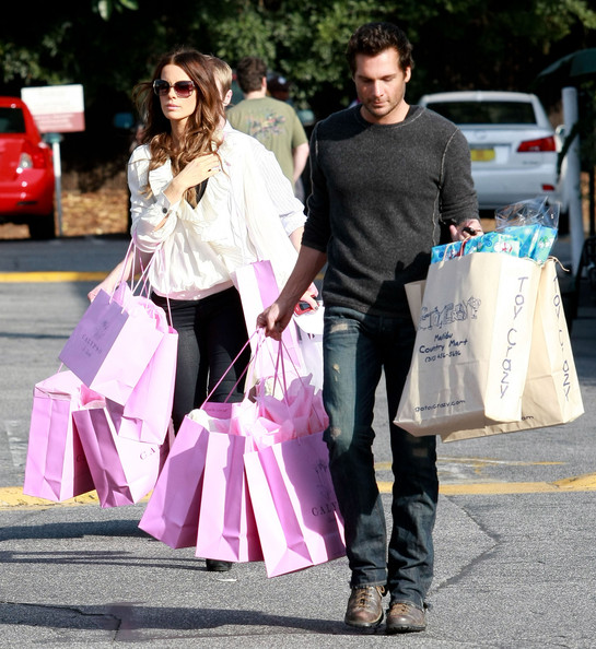 Actress Kate Beckinsale and her husband Len Wiseman out shopping at Calypso and Toy Crazy at the Brentwood Country Mart in Brentwood, CA.
