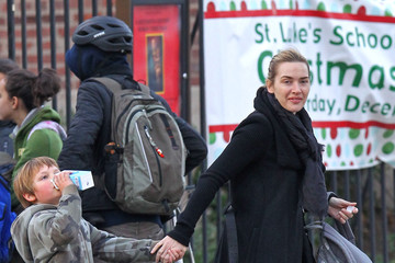 Joe Mendes Kate Winslet Hailing A Cab With Her Son In New York