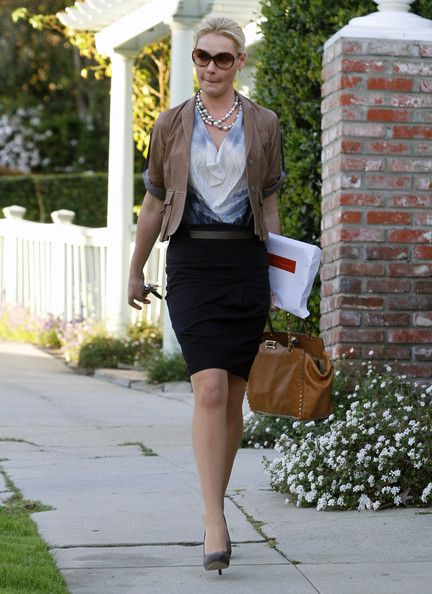 http://www1.pictures.zimbio.com/fp/Katherine+Heigl+Katherine+Heigl+Busy+Day+Out+340bY5ZLGUBl.jpg