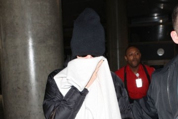 Katy Perry Katy Perry Hides Her Face at LAX
