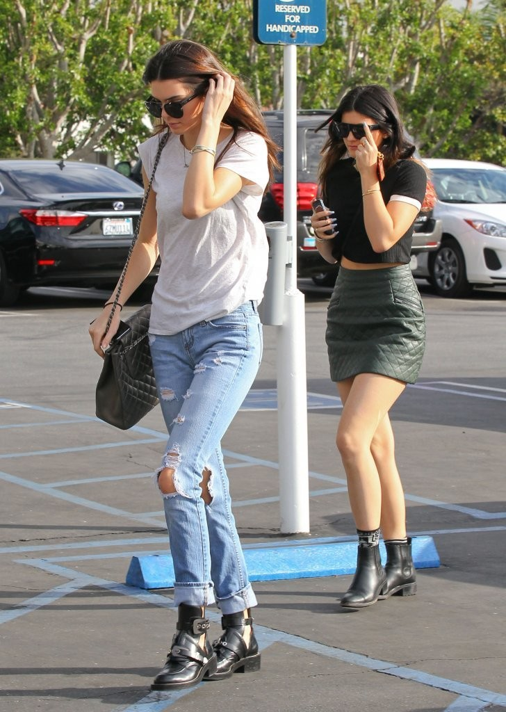 0249369fa8a6f Kendall Jenner Kylie Jenner Photos - Kendall and Kylie Jenner Lunch ...