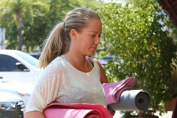 Kendra Wilkinson Kendra Wilkinson Heads to Yoga