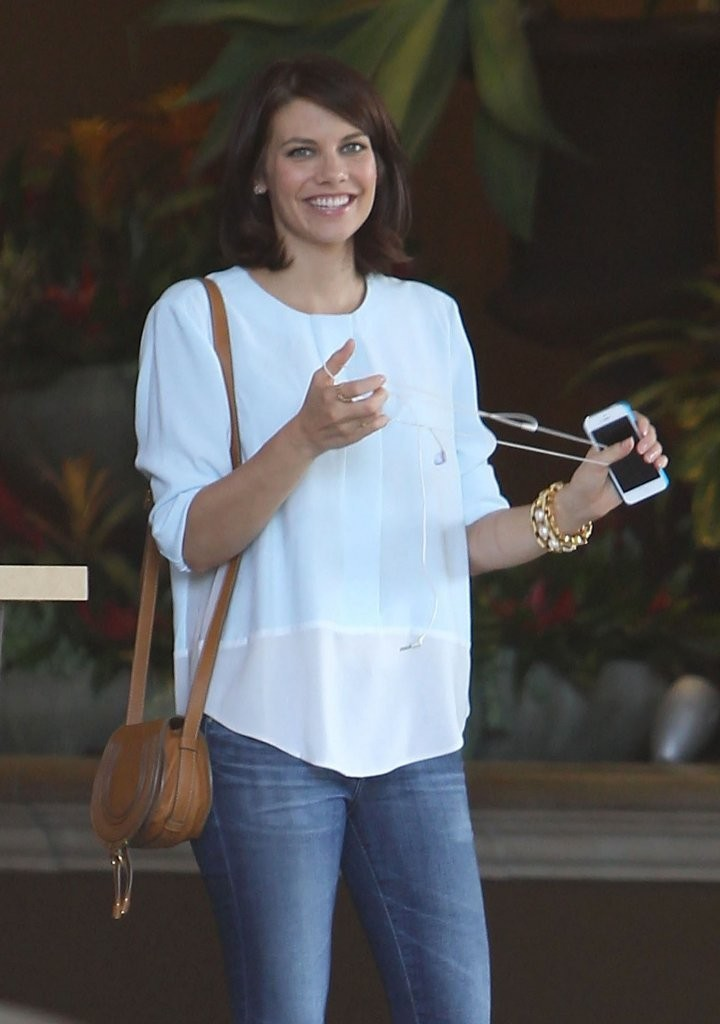 Lauren Cohan Photos Photos Lauren Cohan Leaving The Four Seasons Hotel Zimbio