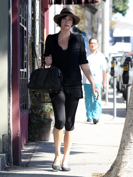 http://www1.pictures.zimbio.com/fp/Liv+Tyler+Wearing+Sporty+Hat+Beverly+Hills+VYadtDZO2MAl.jpg