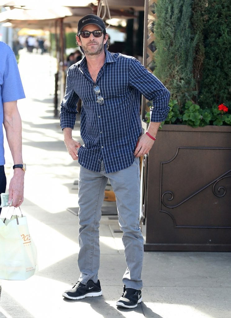 d7cb68f391 Luke Perry Lunches With a Friend - Zimbio