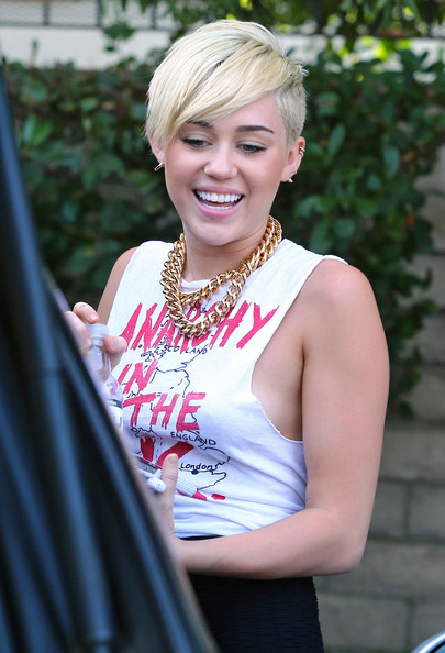 Miley Cyrus - Miley Cyrus And Liam Hemsworth Grocery Shopping At Whole Foods