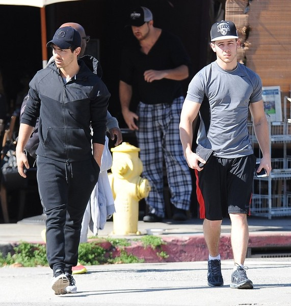 Joe and Nick Jonas Get Lunch []