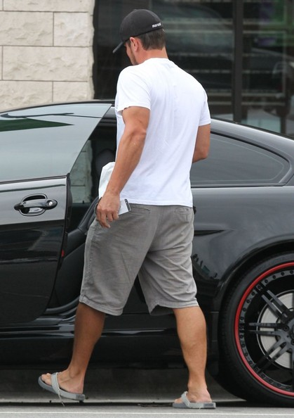 Nick Lachey Gets Lunch To-Go In Encino []