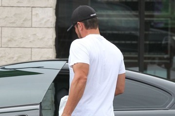 Nick Lachey Nick Lachey Gets Lunch To-Go In Encino
