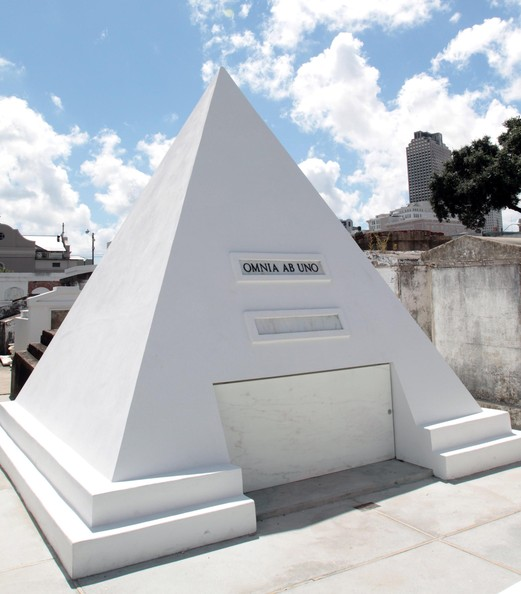 http://www1.pictures.zimbio.com/fp/Nicolas+Cage+Pyramid+Tomb+New+Orleans+L5vMqzxmGIml.jpg
