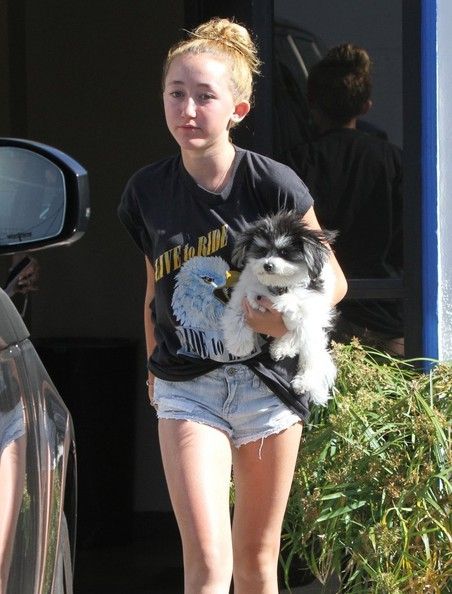 Noah Cyrus Photos - Tish Cyrus Stops by the Post Office - Zimbio