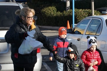 Oliver Phillips Julie Bowen Takes Her Kids To Farmers Market In Studio City