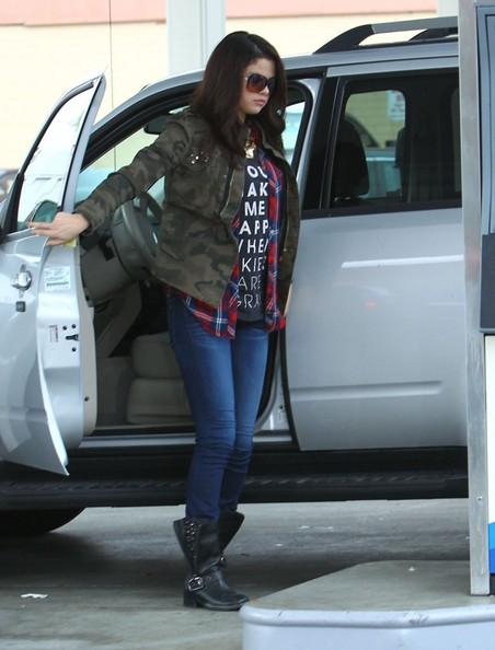 Paparazzi photographer Paul Raef pays and pumps Selena Gomez's gas at a gas station in Hollywood, California on November 17, 2012. Selena who got into a huge fight with former boyfriend Justin Bieber yesterday while trying to reconcile at dinner, was given the star treatment by the same paparazzi photographer who had his court case dropped for chasing Justin on a freeway chase a couple of months ago. Selena tried to reimburse Paul but he refused.