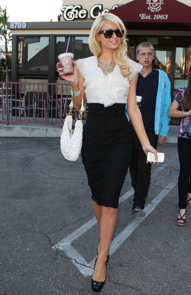 ازياء 2012 - ازياء باريس هيلتون 2012 Paris Hilton Leaving Coffee Bean 6nHNRjrGvCUl.jpg