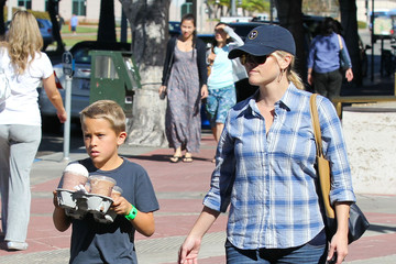 Reese Witherspoon Reese Witherspoon And Son Deacon Get Coffee In Westwood