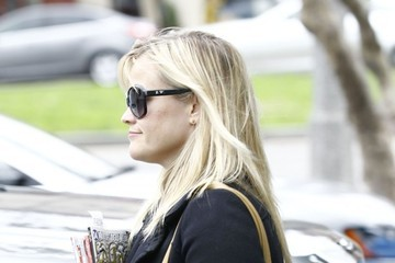 Reese Witherspoon Reese Witherspoon Buying Magazines In Brentwood