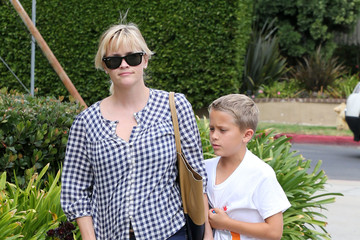 Reese Witherspoon Reese Witherspoon Shops with Deacon at the GAP and Grabs Jamba Juice