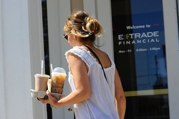Sarah Michelle Gellar Sarah Michelle Gellar Makes A Starbucks Run
