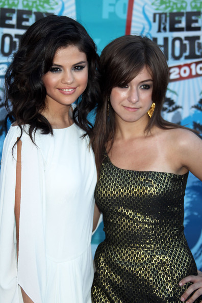 Selena Gomez Celebrities arrive at the 2010 Teen Choice Awards at the Gibson