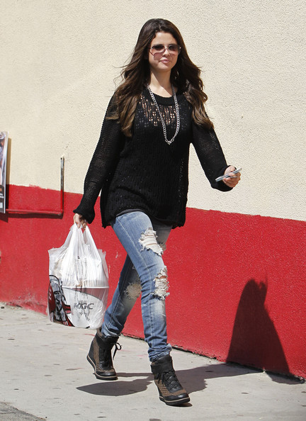 selena gomez style hair selena gomez photos photos selena gomez picks up kfc to 8620