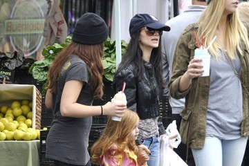 Skyler Gray Ariel Winter & Sister Shanelle Get Their Weekly Snow Cones