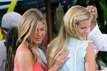 Jennifer Aniston Brooklyn Decker Stars On The Set Of 'Just Go With It' In Maui