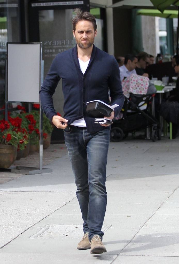 Stuart Townsend Grabs Some Lunch to Go - Zimbio