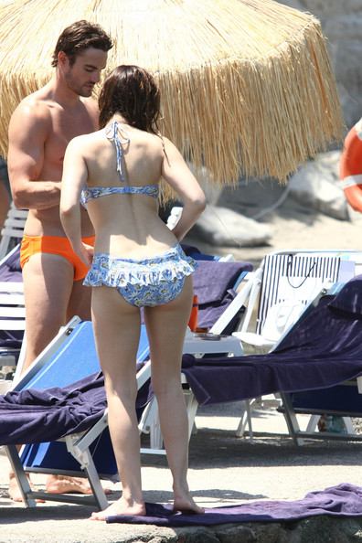 Thom Evans - Kelly Brook Shows Off Her Bikini Body