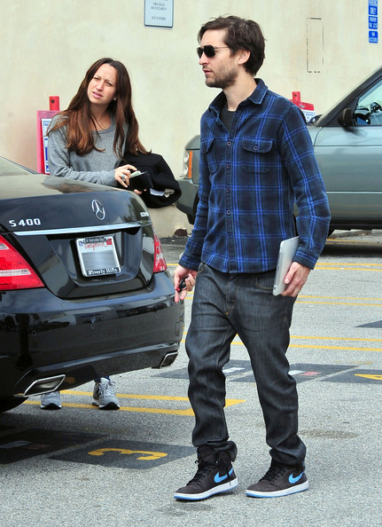 Tobey Maguire And Jennifer Meyer Out At The Brentwood Country Mart []