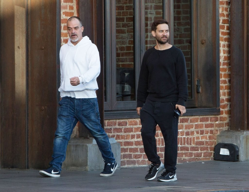 Tobey Maguire Photos Photos - Tobey Maguire Goes Out With a Friend in ... Tobey Maguire