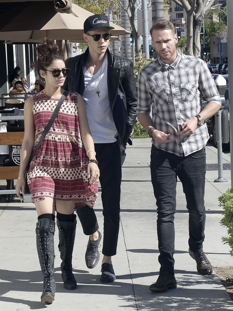 Vanessa Hudgens Photos Photos Vanessa Hudgens Hangs Out