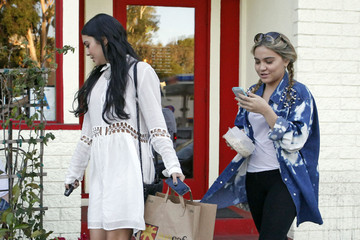 Vanessa Hudgens Vanessa Hudgens And Sister Stella Out For Lunch At The Sun Cafe