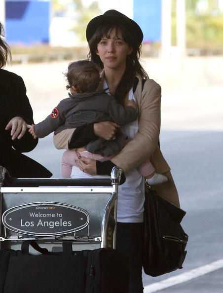zoe buckman and cleo arriving at lax   pictures