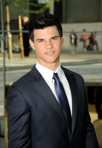 Actor taylor lautner attends the 2009 cfda fashion awards at