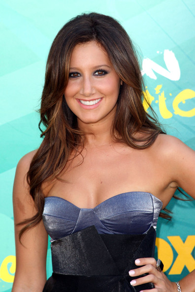 Actress Ashley Tisdale arrives at the 2009 Teen Choice Awards held at Gibson Amphitheatre on August 9, 2009 in Universal City, California.