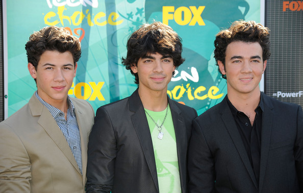 (L-R) Musicians Nick Jonas, Joe Jonas and Kevin Jonas of the Jonas Brothers arrive at the 2009 Teen Choice Awards held at Gibson Amphitheatre on August 9, 2009 in Universal City, California.