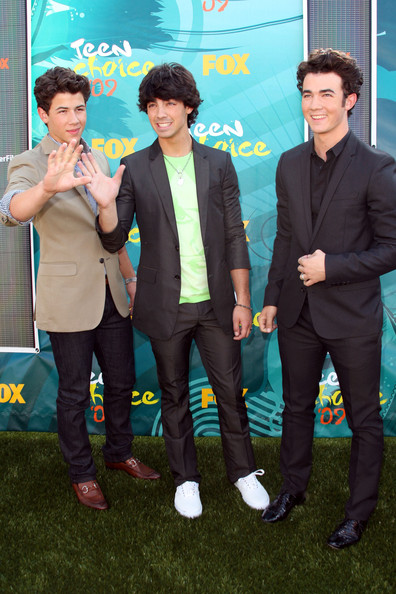 (L-R) Singers Nick Jonas, Joe Jonas and Kevin Jonas of The Jonas Brothers arrive at the 2009 Teen Choice Awards held at Gibson Amphitheatre on August 9, 2009 in Universal City, California.