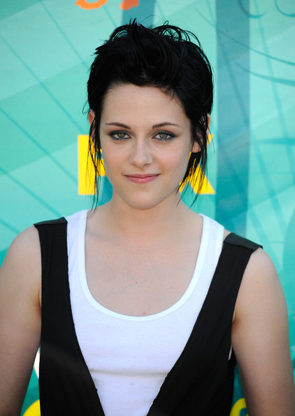 Actress Kristen Stewart arrives at the 2009 Teen Choice Awards held at ...
